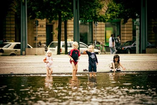 planschende Kinder auf dem Augustusplatz, Leipzig